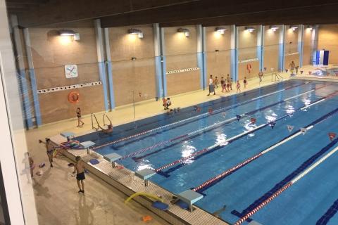 La piscina cubierta de los alcores abre su temporada de for Piscina municipal alcala de guadaira