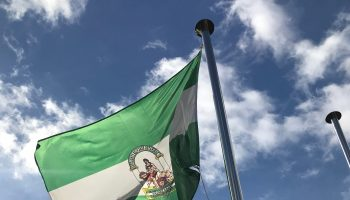 Foto bandera Andalucía a pies castillo