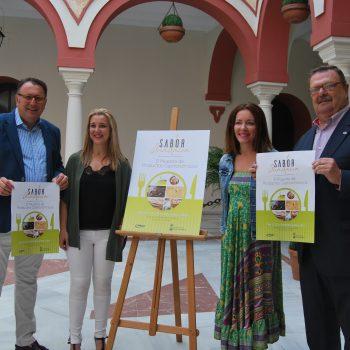 De izquierda a derecha. Enrique Pavón, delegado de Cultura; Ana Isabel Jiménez, alcaldesa; Ángeles Ballesteros, delegada de Comercio y Carlos Ga