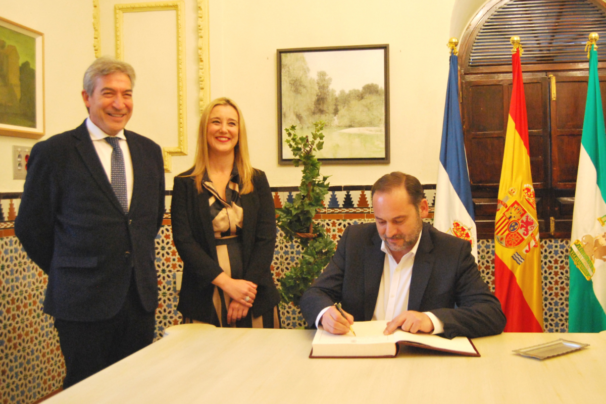el-ministro-de-fomento-en-funciones-jose-luis-abalos-visita-el-ayuntamiento-de-alcala