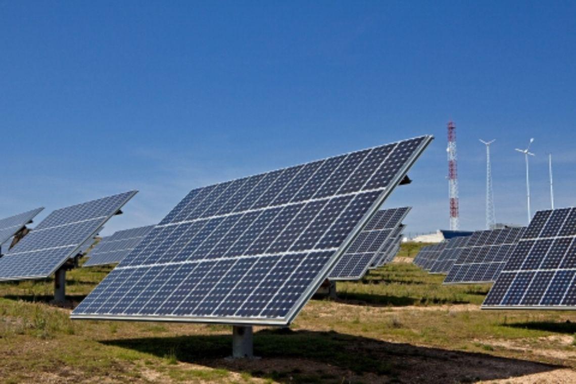 se-ultima-la-instalacion-de-una-de-las-mayores-plantas-fotovoltaicas-de-andalucia-en-alcala-de-guadaira
