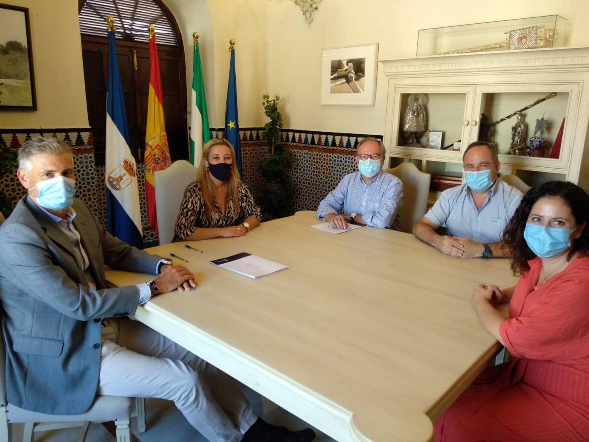 La alcaldesa de Alcalá de Guadaíra, Ana Isabel Jiménez, ha rubricado el acuerdo y compromiso de colaboración con el representante de esta entidad, Mariano Pérez de Ayala, acompañado de Antonio Muñoz, coordinador de Cáritas Arciprestal de Alcalá.