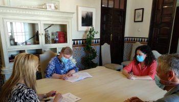 La alcaldesa de Alcalá de Guadaíra, Ana Isabel Jiménez, ha rubricado el convenio de colaboración con la hermana Sor Rosario Molina, titular del Centro Residencial y la Unidad Diurna de La Milagrosa de las Hijas de la Caridad.