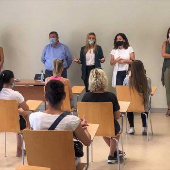 La alcaldesa de Alcalá de Guadaíra, Ana Isabel Jiménez, ha mantenido una encuentro con los primeros contratados por el Programa de Prevención de la Exclusión Social.