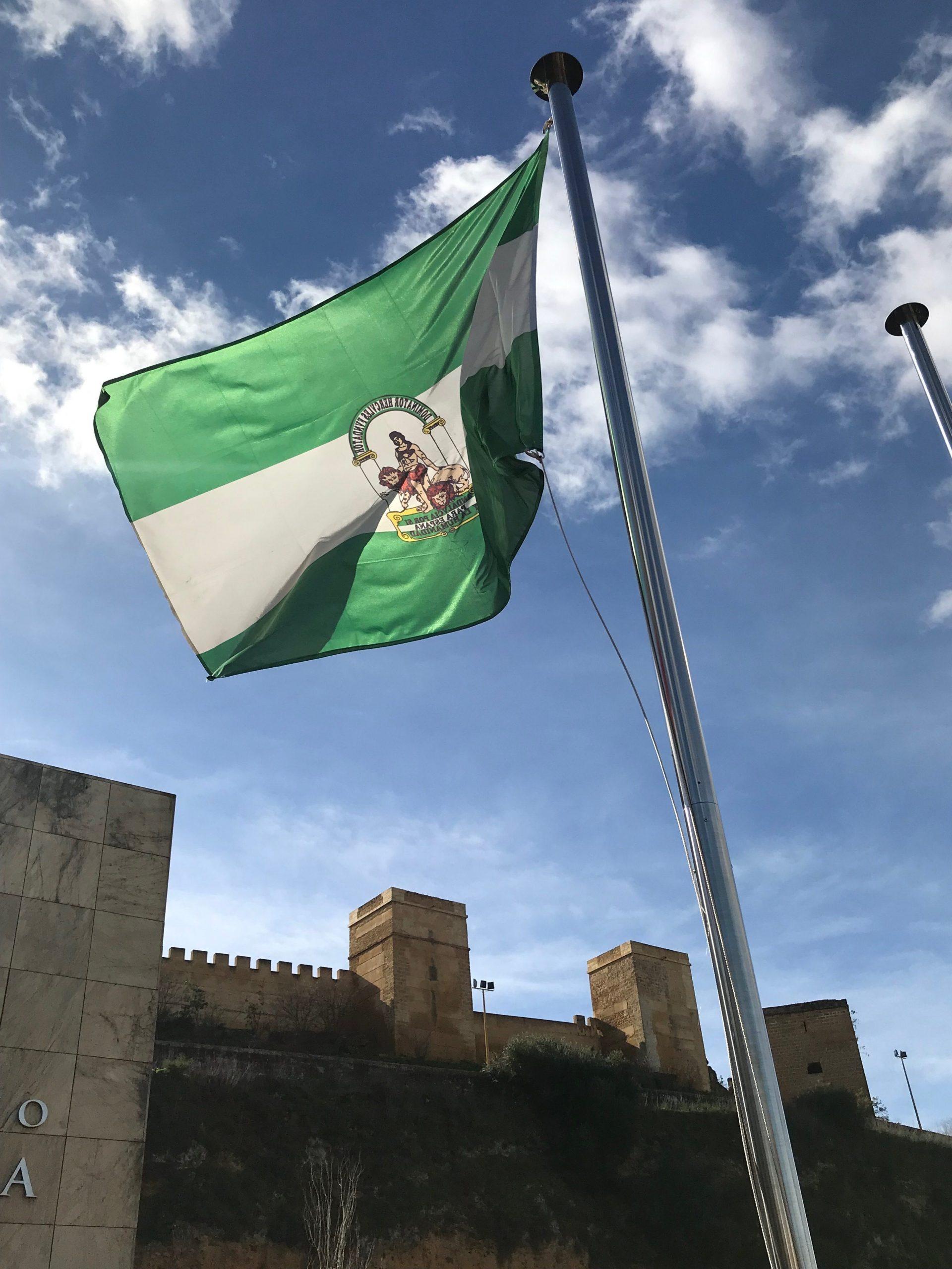Foto-bandera-Andalucía-a-pies-castillo-e1551179384403