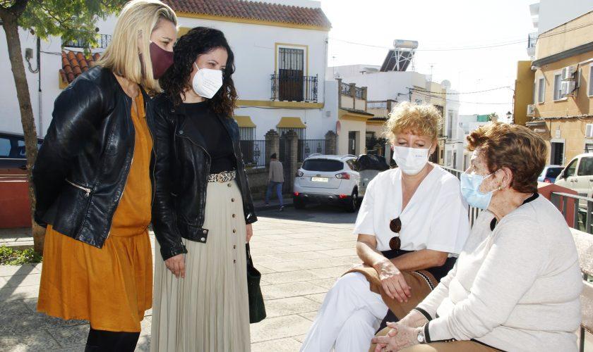 Alcaldesa de Alcalá, Ana Isabel Jiménez (i) y delegada de Servicios Sociales, Virginia Gil (d)