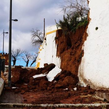 Sevilla.- Sucesos.- Se derrumba parte de un muro en la calle Santa María de Alcalá por las fuertes lluvias