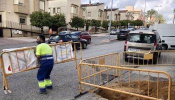 El proyecto, coordinado entre el Ayuntamiento de Alcalá de Guadaíra y Emasesa, contempla desde la renovación de las redes de saneamiento, a la reurbanización de la zona con nuevos acerados, pavimentación, entre otras.