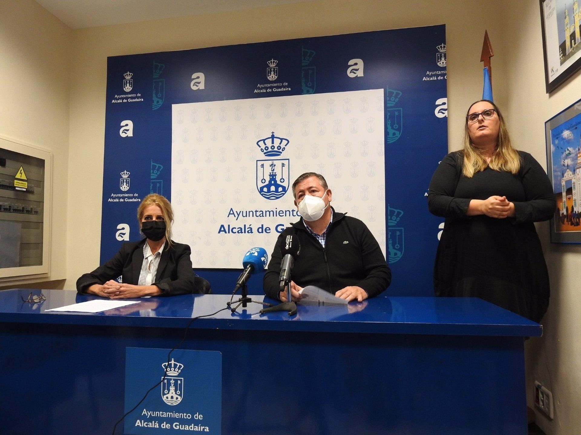 La delegada de Accesbilidad del Ayuntamiento de Alcalá de Guadaíra (Sevilla), María José Morilla, y el delegado de Servicios Urbanos, José Antonio Montero.