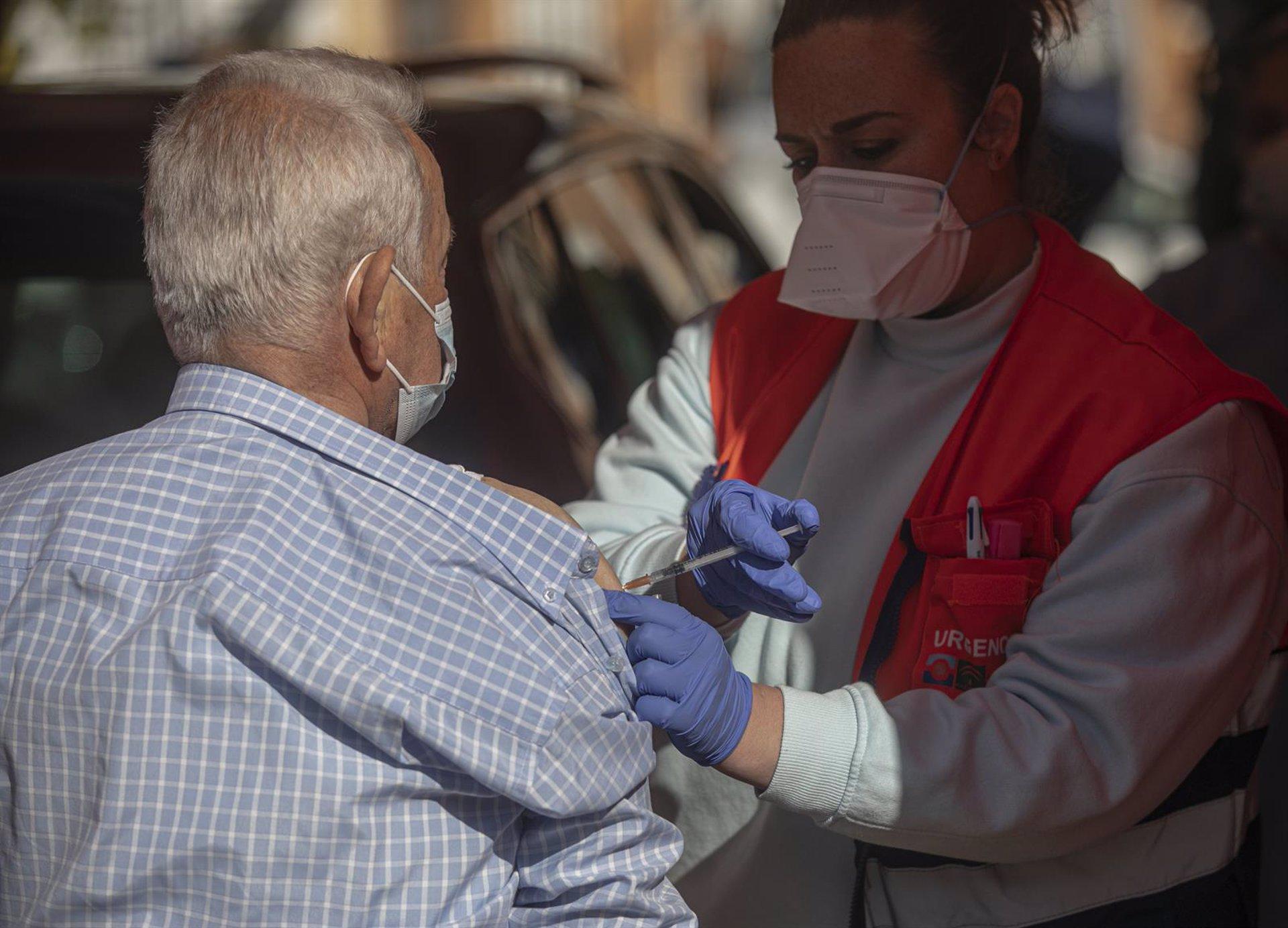 Sevilla.- Coronavirus.- La alcaldesa de Alcalá ofrece espacios municipales para las esperas para la vacunación