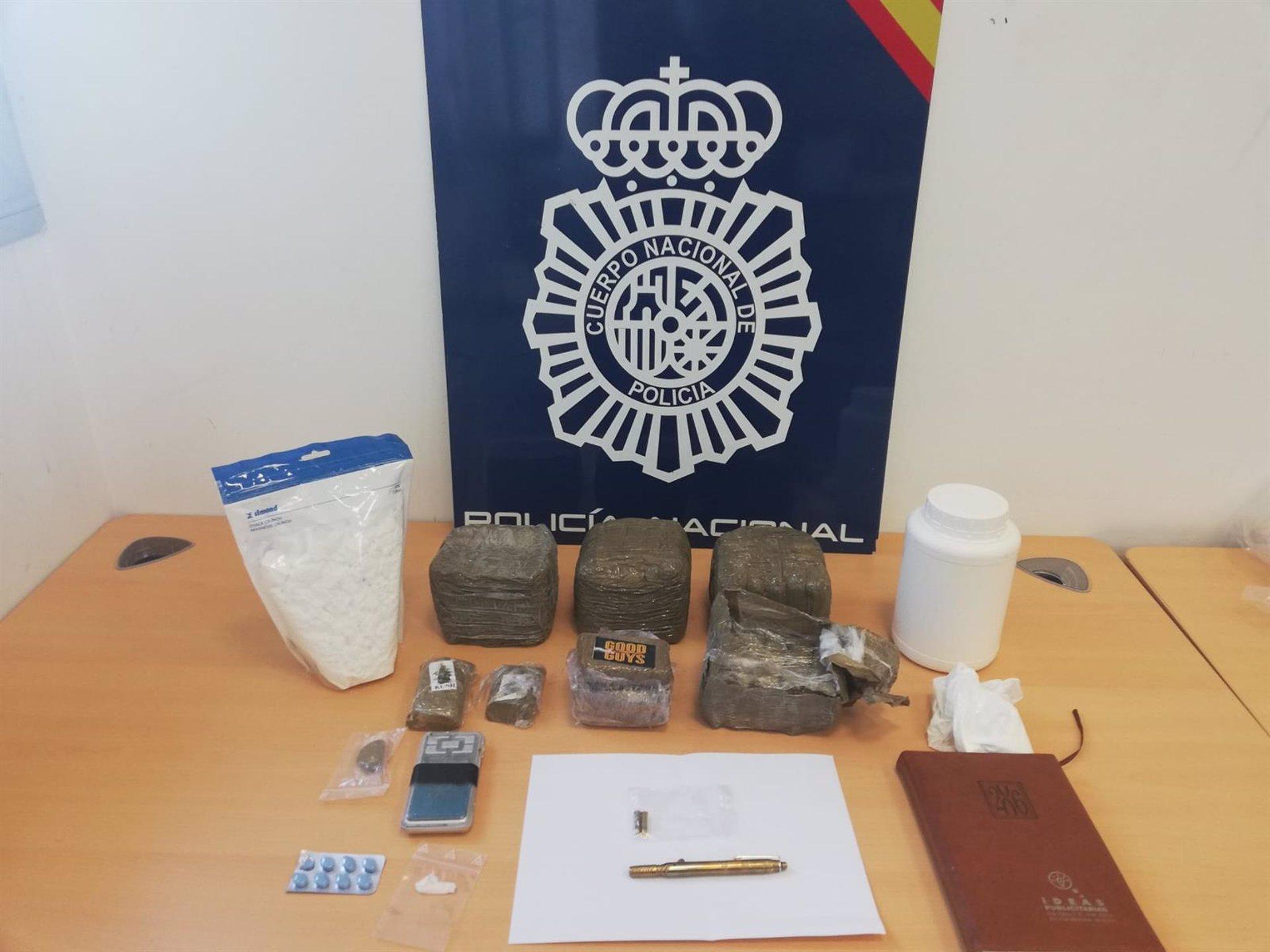 Sevilla.-Sucesos.-Desmantelado un punto de venta de droga en Alcalá cercano a un colegio e incautados 4 kilos de hachís
