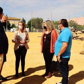 La alcaldesa de Alcalá de Guadaíra, Ana Isabel Jiménez, acompañada de la delegada de Deportes municipal, Rocío Bastida, ha visitado las obras del campo de futbol de Malasmañanas.