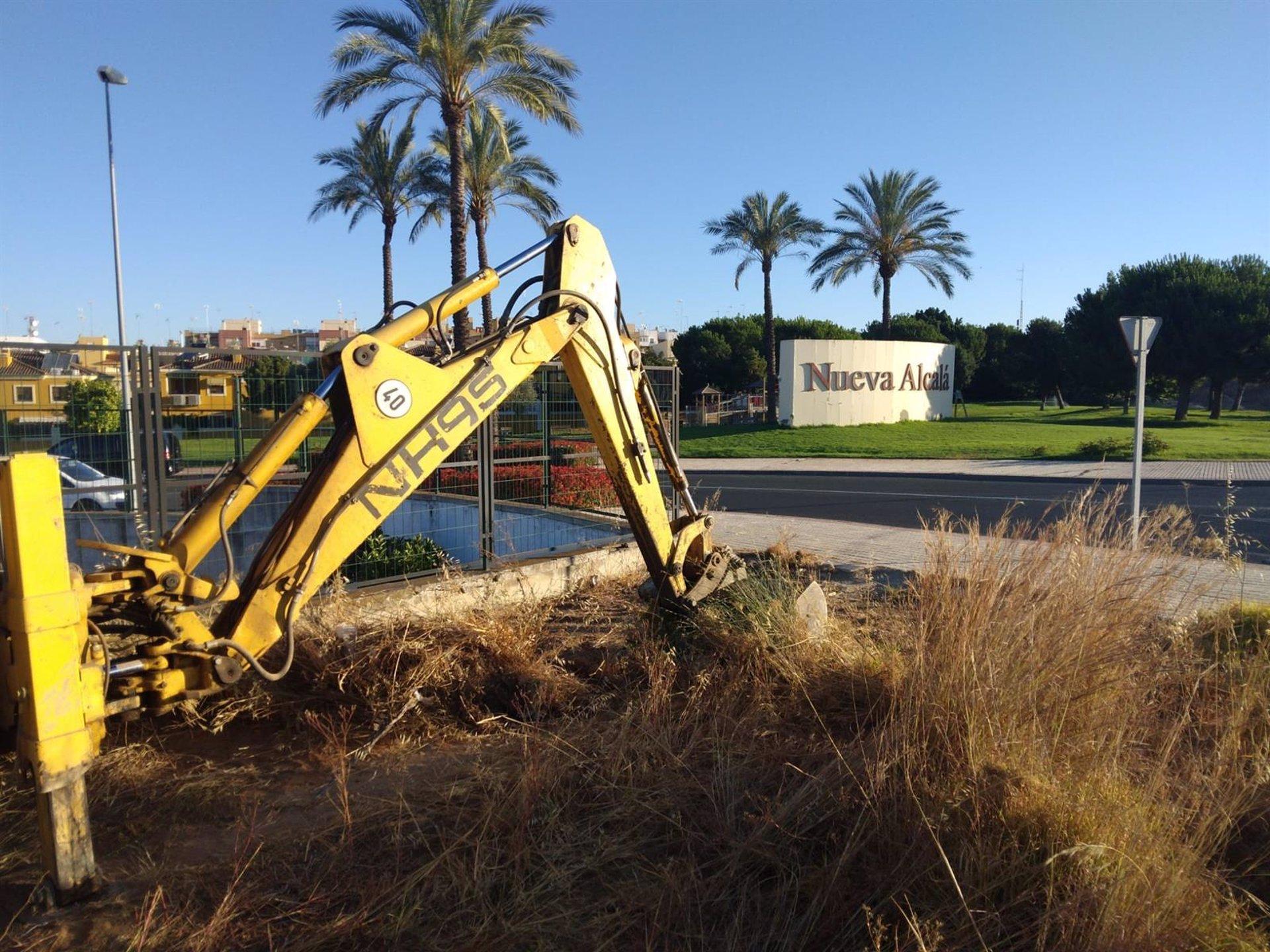 Sevilla.- El Ayuntamiento de Alcalá de Guadaíra intensifica los trabajos de limpieza de solares municipales y pavimento