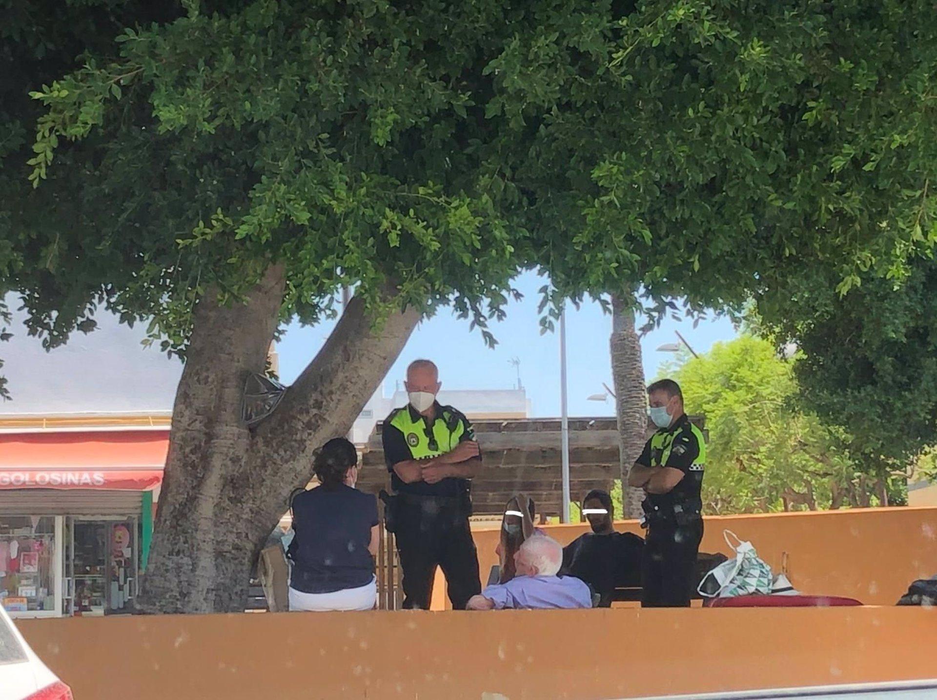 Miembros de la Policía local en la zona del Boulevard de la Paz, en Alcalá de Guadaíra.