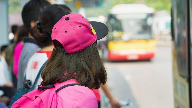 Escolares-esperando-transporte_1608749297_143483580_667x375